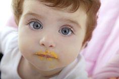 Ab wann beginne ich mit der Beikost? | Sobald das Baby Beikost erhält, sind viele Eltern verunsichert: Wie oft sollte ich zufüttern, was ist gesund und was veträgt der kleine Magen besonders gut? Wir haben Antworten auf die wichtigsten Fragen.