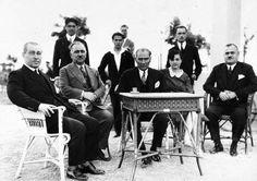 Soldan sağa : Ali Fethi Okyar, Salih Bozok, Atatürk ve manevi kızı Rukiye Hanım, Kılıç Ali