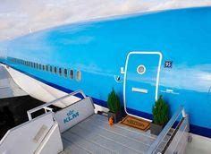 Lekker slapen met KLM. Op Schiphol bouwden zij een mooie MD11 om tot een gezellig stulpje.