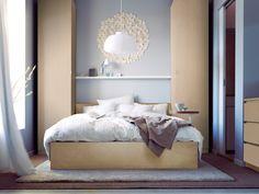 Truquito: Una alfombra grande te permitirá unificar el espacio alrededor de la cama y  además, ¡mantendrás tus pies bien calentitos!  www.islas.IKEA.es