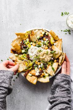 Mediterranean Nachos is part of food_drink - An easy and quick vegetarian appetizer with crispy, warm pita pieces, Mediterranean toppings, served with hummus and tzatziki sauce Lunch Snacks, Clean Eating Snacks, Healthy Eating, Healthy Life, Healthy Food, Appetizers For Party, Appetizer Recipes, Seafood Appetizers, Recipes Dinner