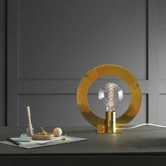 Från PHOLC. Round en snygg bordlampa i modern design.