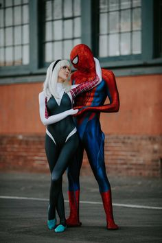 Spiderman and Spider-Gwen completely CRUSHED this awesome photoshoot! Spiderman And Spider Gwen, Spider Gwen Cosplay, Spiderman Cosplay, Marvel Cosplay, Amazing Spiderman, Couple Halloween Costumes, Halloween Cosplay, Cosplay Costumes, Cosplay Ideas