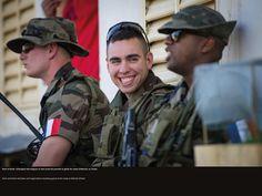 Echange de blagues et rires avant de prendre la garde au camp d'Abéché, au Tchad. © CCH A. DUMOUTIER