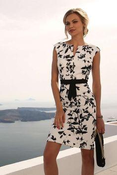 Linea Raffaelli cruise collection 16-17-set101 - dress 161-660-01 nb Een fijne jurk die voor meerdere gelegenheden geschikt is. De ondergrond is wit met een natuurprint in zwart. Mooie details zoals de split in de hals en de zwarte strikband. Ook heel mooi de iets bredere schouders.