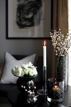 904 likes, 11 comments - Halvor Bakke (Janet Klasen Halvorson. Interior Decorating, Interior Design, Dark Interiors, Vase Centerpieces, Modern Kitchen Design, Belle Photo, Home Living Room, Home Decor Accessories, Interior Inspiration
