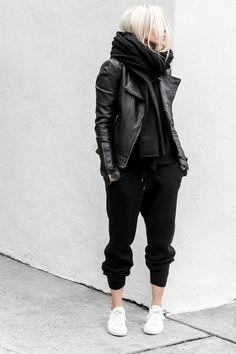 Svarta sammets-LOGG + svart Svenre + stor sjal + vita Nike s + skinnjacka  Vit f54710b702169