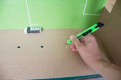 Material für Tischkicker Karton (mind. 30 x 50 cm) Pappe für den Boden Grünes Wachstuch oder Tonkarton 14 große Wäscheklammern (7cm) 12 kleine Wäscheklammern 6 Rundholzstäbe (je 60 cm, 10 mm) 12 Unterlegscheiben (10,5 mm innen, 30 mm außen) 6 Klorollen Paketschnur Klebeband Gechenkpapier 1 Tischtennisball Tischkicker basteln Da der Boden des Kartons uneben ist, …