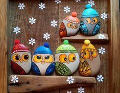 petits galets décorés et transformés en huboux avec des chapeaux, idée de décoration Noel à faire soi meme