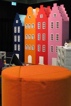Vrolijke blikvanger in de slaapkamer of speelkamer, geweldig in combinatie met de fel oranje hocker. Cheerful eyecatcher in the nursery or childrens playroom. Nice combination with the orange puff.