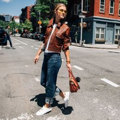 Nina Agdal - The model shows how transitional dressing is done, donning the versatile Isadore Satchel with cuffed jeans, a tonal leather jacket and sneakers. Nina Agdal, Solange Knowles, Chic Outfits, Fall Outfits, Michael Kors Fall, Leather Jacket Outfits, Leather Jackets, Tommy Ton, Street Style