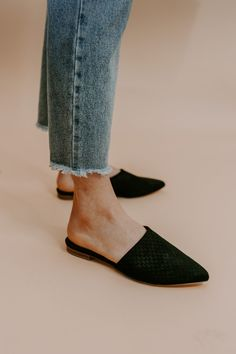 Source by paperaliens shoes Women's Mules, Mules Shoes, Mule Sandals, Fashion Shoes, Fashion Accessories, Black Mules, Shoe Brands, My Style, Shoes