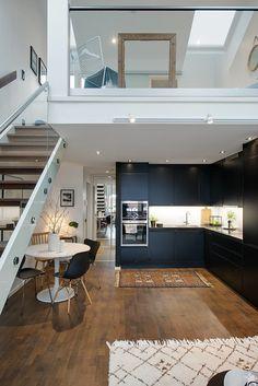 loft parisien fantastique, cuisine d'angle et escalier moderne