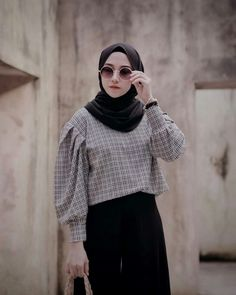 Vertical Wallpaper from pinnedby. Muslim Women Fashion, Modern Hijab Fashion, Street Hijab Fashion, Hijab Fashion Inspiration, Casual Hijab Outfit, Hijab Chic, Casual Outfits, Fashion Outfits, Hijab Dress