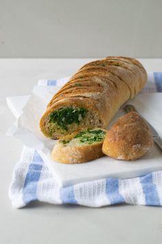 Det er nemt og hurtigt at bage sit eget hvidløgsbrød. Bag et luftigt og lækkert hvidløgsflutes med persille-hvidløgssmør. Det bedste hvidløgsbrød med en sprød skorpe og luftig krumme. Det perfekte …