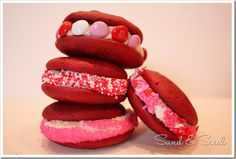 This beautiful and delicious Red velvet whoopie pies recipe is a classic! It includes the authentic red velvet frosting. Light and fluffy and red, what's not to love? Easy Desserts, Delicious Desserts, Dessert Recipes, Yummy Food, Dessert Ideas, Tasty, Red Velvet Whoopie Pies, Chocolate Whoopie Pies, My Funny Valentine