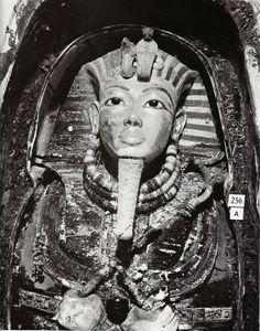 A máscara funerária do faraó Tutancâmon, exatamente como foi encontrada em 1923, pelo arqueólogo inglês Howard Carter. Dentro da mesma estava a cabeça da múmia do faraó. Toda feita em ouro, hoje é a principal atração do museu do Cairo, no Egito.