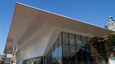 """'Beyond Imagination', de eerste tijdelijke tentoonstelling in het nieuwe Stedelijk, markeert de terugkeer van het Stedelijk Museum als middelpunt van de Amsterdamse hedendaagse kunstwereld en is een eerbetoon aan de kunst die in Amsterdam en Nederland wordt gemaakt.  Het stedelijk museum is in 1895 ontworpen door de archtect A.W. Weismann. Van 2004 tot en met 2012 is het museum door het archtectenbureau Benthem Crouwel verbouwd en vernieuwd. De aanbouw wordt in de volksmond """"Badkuip""""…"""