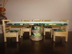 Mesa feita com papelão, tecido e contact. Caeiras feitas com palitos de sorvete, papelão e tecido