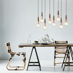La suspension plafond Stripped associe le bois et le métal avec style. Ce luminaire met en valeur son ampoule (non fournie). Nous vous recommandons d'y placer une ampoule vintage ou à filaments apparents, pour tirer au maximum profit de ce luminaire.