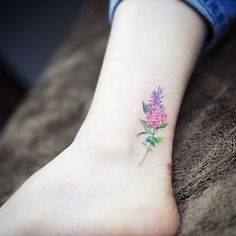 What does lilac tattoo mean? We have lilac tattoo ideas, designs, symbolism and we explain the meaning behind the tattoo. Lila Tattoo, 16 Tattoo, Unalome Tattoo, Tattoo Motive, Ankle Tattoo, Tattoo Life, Cuff Tattoo, Wrist Tattoo, Mini Tattoos