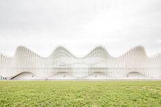 Esterno della stazione ferroviaria mediopadana dell'alta velocità, realizzata a Reggio Emilia dallo studio di architettura Calatrava. The Mediopadana railway station, built in Reggio Emilia and designed by Calatrava.