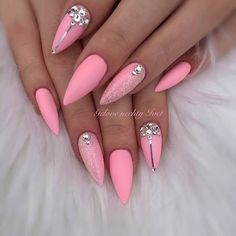 Prized by women to hide a mania or to add a touch of femininity, false nails can be dangerous if you use them incorrectly. Types of false nails Three types are mainly used. Sparkle Nails, Glam Nails, Hot Nails, Bling Nails, Hair And Nails, Shellac Nails, Matte Nails, Nail Polishes, Pink Black Nails