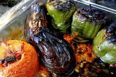 Τα πολίτικα γεμιστά με το ρύζι, τα κουκουνάρια και τις σταφίδες είναι έτοιμα! Mediterranean Recipes, Sprouts, Stuffed Peppers, Vegetables, Cooking, Lenten, Ideas, Recipes, Kitchen