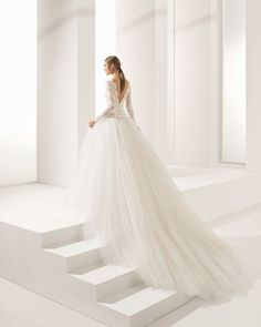 Vestido de novia estilo princesa de encaje pedrería y tul de manga larga, con escote barco, espalda V y falda volumen. Colección 2018 Rosa Clará Couture.