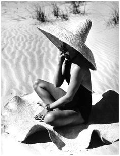 A sexy black swimsuit and a big straw hat. I sell big hats like this at my Murray Hill shop! -Linda the Bra Lady Wit And Delight, Style Outfits, Moda Vintage, Vintage Swim, Retro Swim, Foto Art, Beach Wear, Looks Vintage, Bathing Beauties