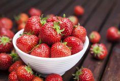 3 recepty na letní ovocný cheesecake Nepečený třešňovo tvarohový meruňkovo smetanový a jahodový   Mimibazar.cz Strawberry Banana Milkshake, Strawberry Fruit, White Strawberry, Superfood, High Potassium Foods, Keto Fruit, Green Tea Benefits, Nutrition, Health Breakfast