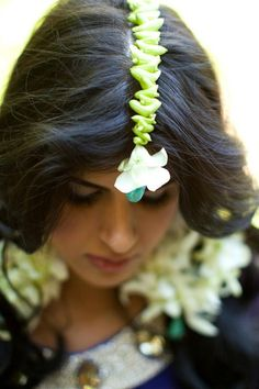 Makes me think of 'Queen' with Kangana Ranaut & her tikka & hair garland made of jasmine & red flowers for her mehndi party (also, what was the movie with something similar, flower earrings? Hair Garland, Flower Garlands, Pakistani Bridal, Bridal Flowers, Classic Looks, Beautiful Bride, Bridal Style, Wedding Photography, Flower Jewelry