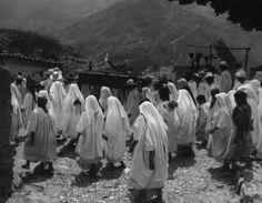 Fotografia de Lola Álvarez Bravo, donde no podemos ver precisamente el acontecimiento, pero podría ser las ceremonias que realizaban para algún muerto, puesto que las personas del fondo llevan cargando una especie de ataúd.