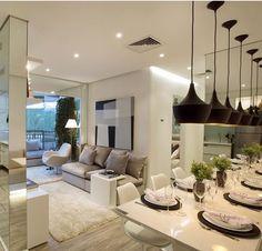 Mesa de jantar com parede espelhada