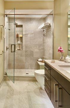 Elegant Beige Wände, Kleines Bad Gestalten, Eine Gläserne Duschkabine Mit Braunen  Fliesen, Braunes Badmöbel