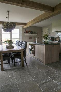 Woonkeuken met prachtige natuursteen vloer van Bourgondische dallen in combinatie met houten keuken. Warme natuurtinten. #natuursteen kersbergen.nl