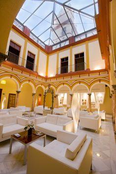 Hotel Histórico Abba Palacio de Arizón - La Casa de Arizón es un amplio conjunto arquitectónico de uso residencial y comercial compuesto por la unión de dos casas, una construida en el siglo XVII y otra en el XVIII, ambas en el estilo barroco propio del antiguo reino de Sevilla. Este edificio, cargado de historia y de leyendas, alberga uno de los establecimientos hoteleros con más encanto del sur de España. http://www.hoteleshistoricos.com/es/hotel-palacio-arizon.html