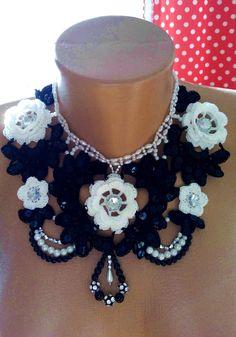 Ожерелье с черно-белом стиле  . Украшено тесьмой-бижутерией , стразами , пайетками и бусинками . Свяжу на заказ .