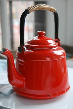 Vintage Japanese Tea Pot Kettle Small enameled tea kettle, made in Japan. Beautiful, bright tomato red kettle with wicker-wrapped metal handle. Vintage Tea Kettle, Teapots And Cups, Red Kitchen, My Cup Of Tea, Chocolate Pots, Vintage Japanese, Afternoon Tea, Tea Set, Tea Time