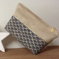 Diy Pochette, Cultural Crafts, Diy Purse, Sewing Projects For Beginners, Clutch, Handmade Bags, Bleu Marine, Sewing Crafts, Purses And Bags