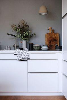 flooring with grey walls dieartige - Weie Kche // graue Wand + Holzboden Grey Kitchen Interior, Grey Kitchens, Home Kitchens, Kitchen Decor, Scandinavian Kitchen, Scandinavian Interior, Minimalist Kitchen, Minimalist Interior, Grey Cabinets