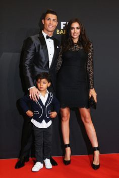 Russian sports illustrated model irina shayk and portuguese footballer cristiano ronaldo with his son, cristiano ronaldo jr. Cristiano Ronaldo Cr7, Irina Shayk Cristiano Ronaldo, Cristiano Ronaldo Girlfriend, Cristino Ronaldo, Juventus Fc, Team 7, Football Team, Top Models, American Football