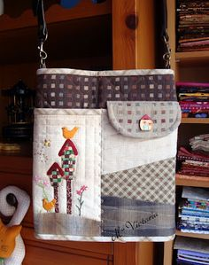 Pretty quilted patchwork bag with flap pocket and appliques by Mis Labores: Bolso de casitas