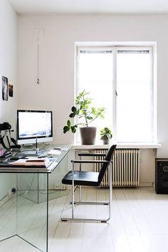 Lasinen työpöytä on Sannin mielestä mukavan huomaamaton. Yrjö Kukkapuron tuoli on kirpputorilöytö. Lasipöytä on Tonellin, ja sen malli on Bacco. Pöytä on saatu ystävältä.