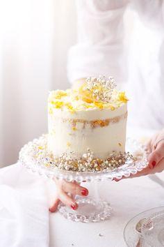 Un naked cake para enamorar...hoy os traemos una tarta de chocolate blanco y naranja que os fascinará. Apunta la receta.