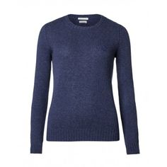 Maglia girocollo, a maniche lunghe, slim fit, in lana vergine shetland. Collo, polsi e fondo busto in costina.