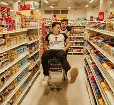 "3,034 curtidas, 29 comentários - Mateus Aguiar (@mateusaguiarph) no Instagram: "" oque a gente faz no supermercado  @tulio.rochaa @gustavorochaa"""