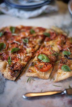 roasted tomatoes and rosemary pizza   pizza de tomate assado e alecrim by Filipe Lucas Frazão, via Flickr