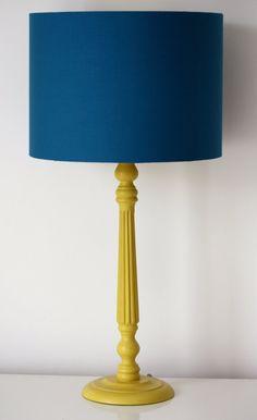 Tambour de tissu bleu sarcelle abat-jour classique Orla Kiely tige papier peint doublure, disponible avec contraste pied de lampe en bois jaune