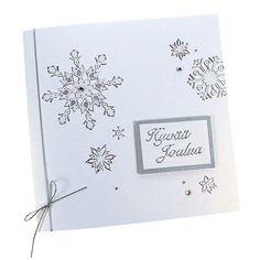 Leikkaa lumenvalkoisesta helmiäiskartongista sopiva pala ja kiinnitä siihen hyvää joulua ¿ääriviivatarra, kehystä pala hopeanvärisellä kartongilla ja kiinnitä kohotarrapaloilla korttipohjaan. Koristele korttipohja lumihiutale ääriviivatarroilla, akryylitimanteilla ja hopeanvärisellä nyörillä.